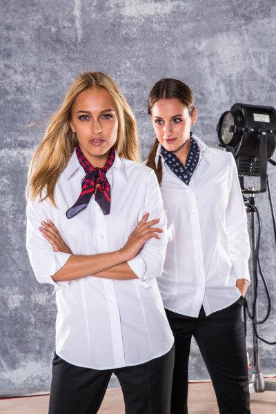 Basic Blusen in weiß mit farbigen Halstüchern