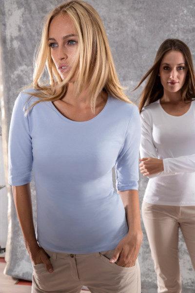 Rundhalsshirts in hellblau und weiß