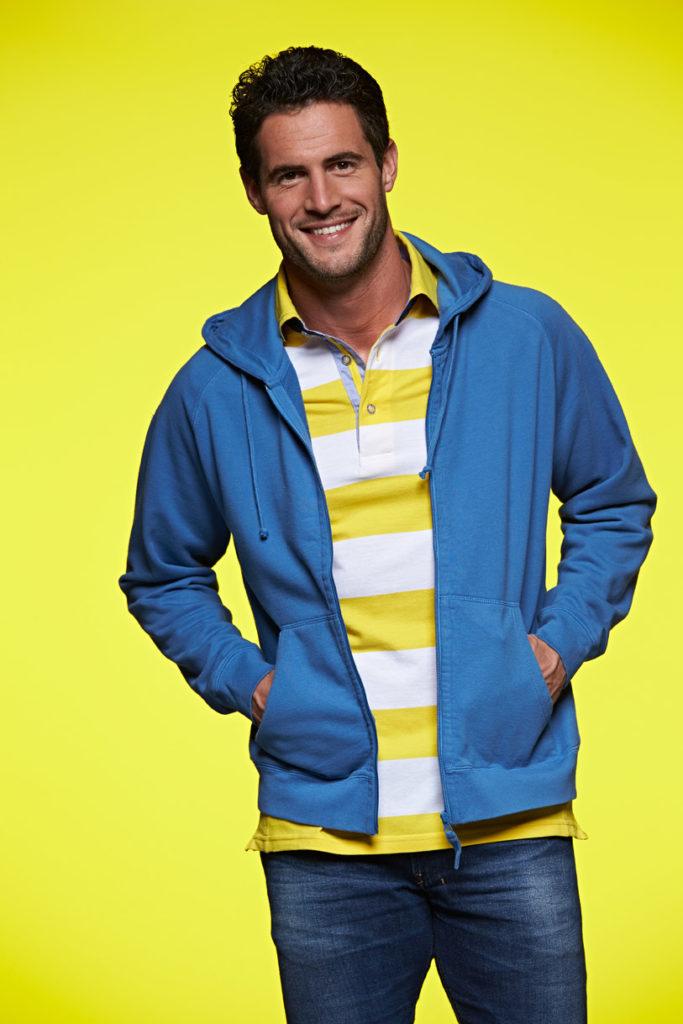 gelb gestreiftes Polo, blaue Jacke