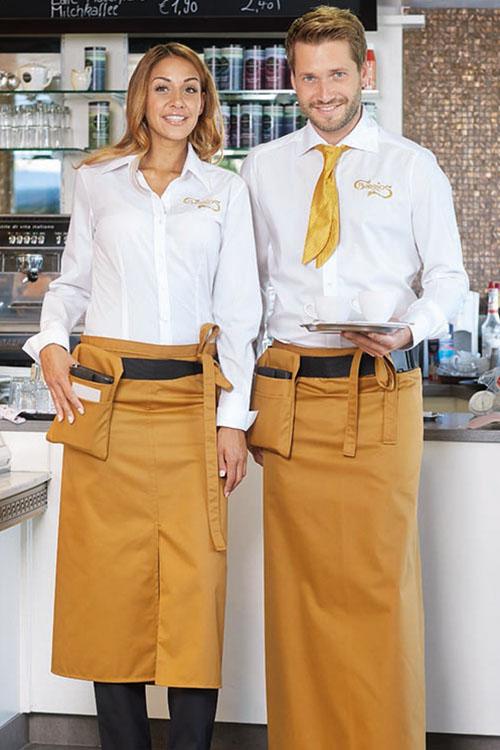 CG Workwear Schlitzschürze Milano und Bistroschürze Roma in caramel mit Kellnertasche Napoli