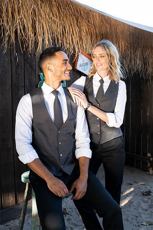 Greiff Service Outfits mit schwarzen 5-Pocket Hosen, Westen, Krawatten und weißen Hemden