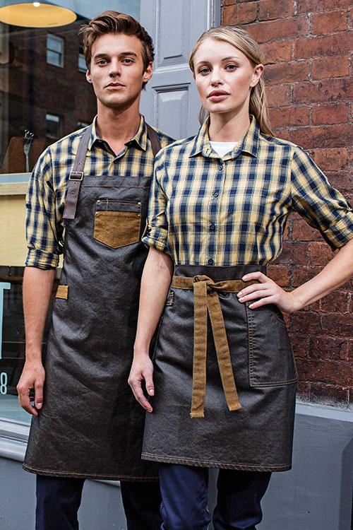 blau-gelb-karierte Hemden, Leder-Canvas-Latzschürzen und Vorbinder