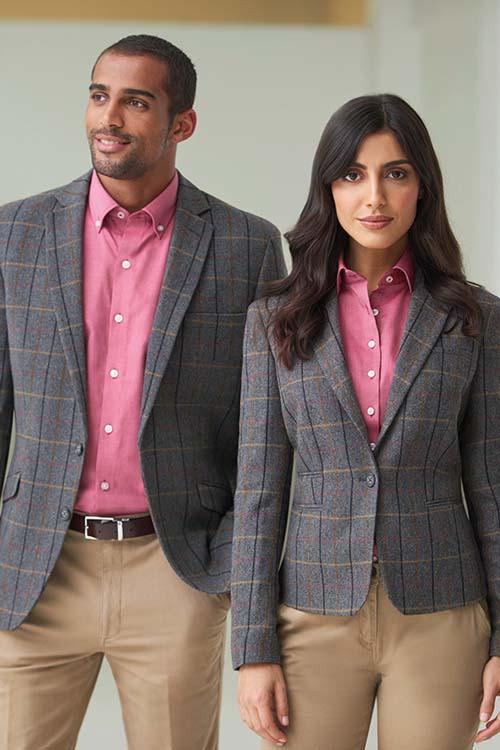 Messebekleidung rosafarbene Hemden und Blusen, graue Herringbone-Sakkos und Herringbone-Blazer, beigefarbene Chinohose
