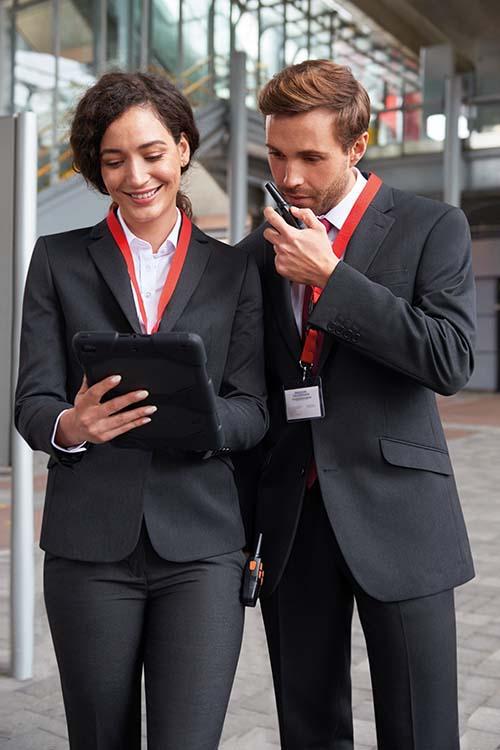 Messebekleidung schwarze Businessoutfits mit Blazer und Sakko, Hosen und weißen Hemden und Blusen