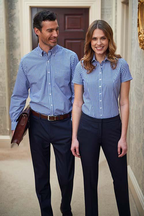 Messebekleidung weiß-blau-karierte Hemden und Blusen, dunkelblaue Hosen