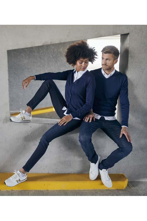 Messebekleidung Strickpullover und Strickjacke Dunelblau, weiße Hemden und Blusen, Jeans, weiße Sneaker