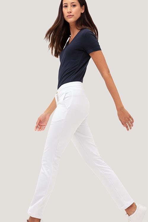 Berufsbekleidung Fitnessstudio blaues Shirt weiße Hose