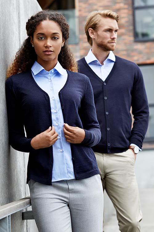 Berufsbekleidung Büro dunkelblaue Strickjacken, hellblaue Hemden und Blusen, beigefarbene Chinohosen für Damen und Herren