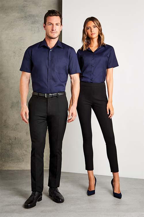 Messebekleidung dunkelblaue Hemden und Blusen, schwarze Hosen