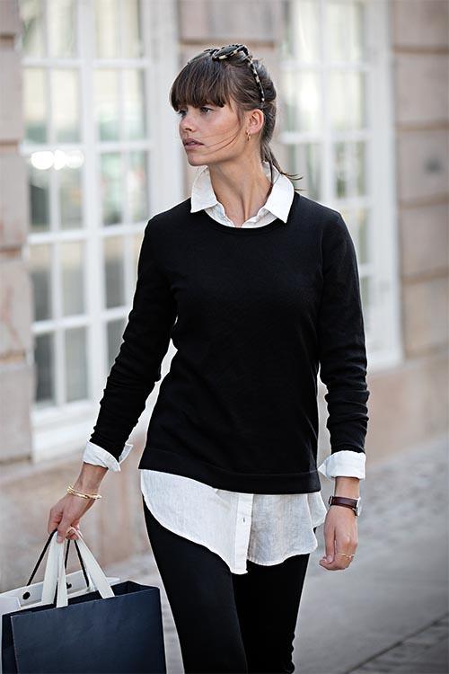 Berufsbekleidung Büro weiße Longbluse, schwarzer Pullover