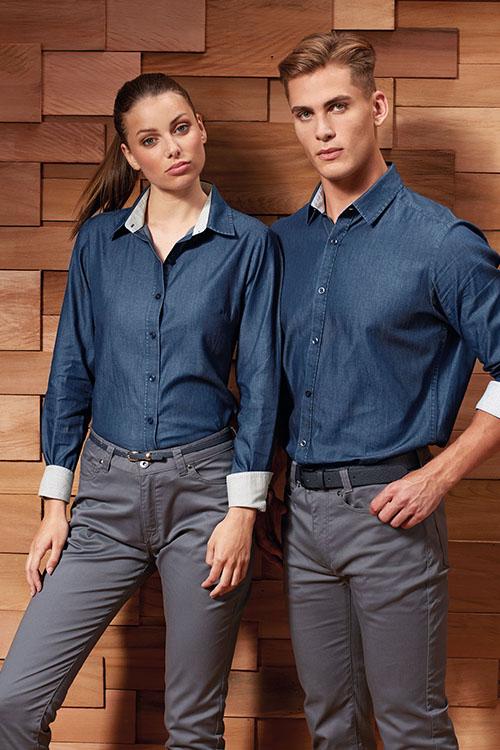 Messebekleidung Jeanshemden und Jeansblusen, graue Chinohosen