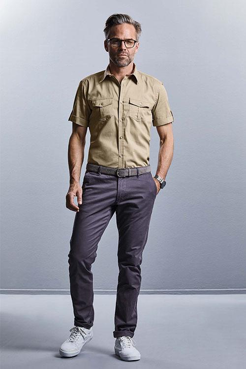 Berufsbekleidung Büro khakifarbenes Hemd mit Krempelärmeln, graue Chino, weiße Sneaker