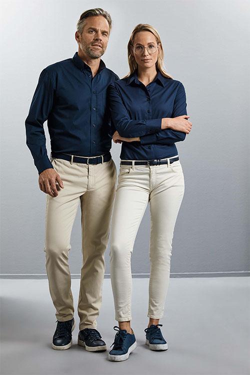 Berufsbekleidung Büro beigefarbene Chinohosen und marineblaue Hemden und Blusen
