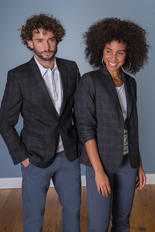 Hotelbekleidung Rezeption schwarz-anthrazit-karierte Casual Jackets, weiße Shirts, blaue Chino-Hosen