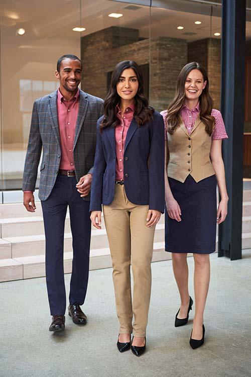 Hotelbekleidung Rezeption Chino Casual Kollektion mit Chino Hosen, Chino Röcken, Chino Blazern und Westen, Herringone Sakko, rosefarbenen Hemden und Blusen
