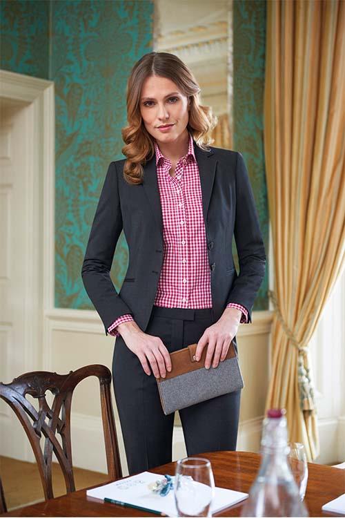 Hotelbekleidung Rezeption Blazer und Anzughose schwarz, rot-weiß-karierte Bluse