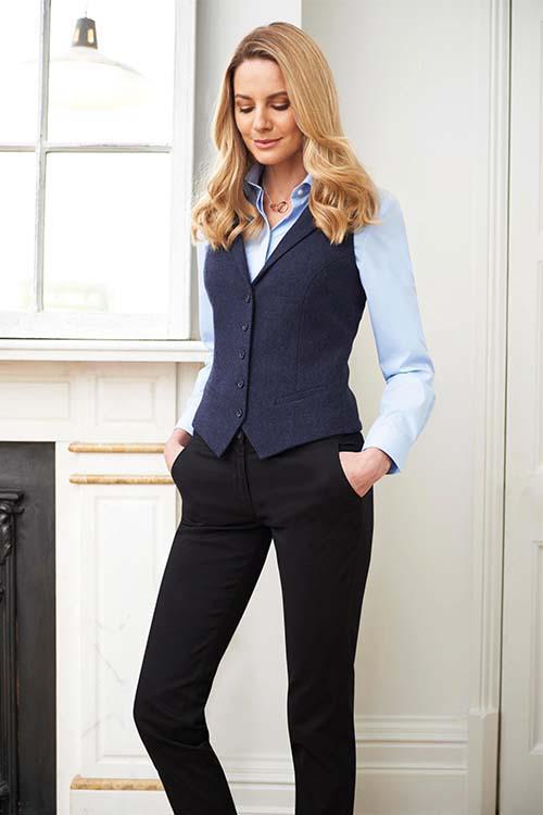Hotel-Uniform Herringbone Weste, hellblaue Bluse, schwarze Chino Hosen