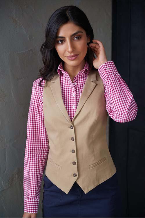 Berufsbekleidung Kantine beige Chino-Weste, rot-weiß-karierte Bluse, dunkelblaue Chino-Hose