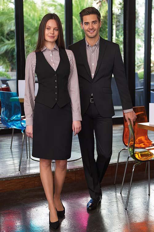 Hotel-Uniform schwarze Weste und Rock, schwarzes Sakko und Hose, braun-weiß-karierte Hemden und Blusen