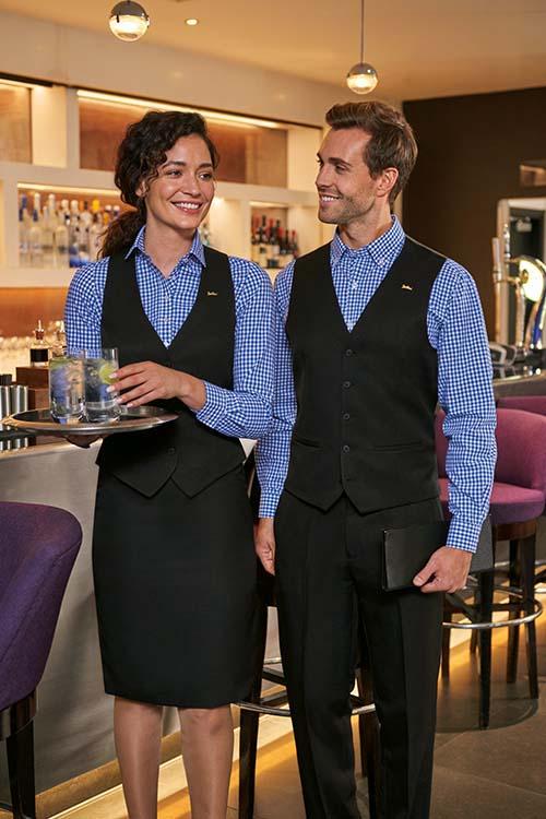 Berufsbekleidung Kantine schwarze Servicekleidung mit Weste, Rock, Hose, blau-weiß-karierte Hemden und Blusen
