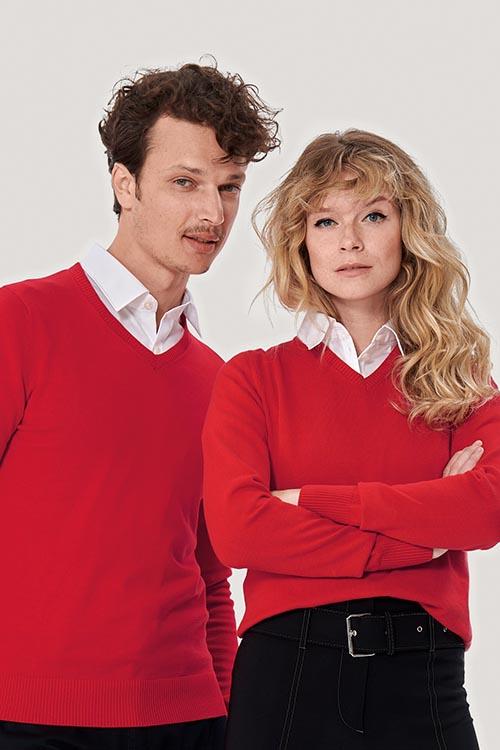 Berufsbekleidung Service rote Strickpullover, weiße Hemden und Blusen, schwarze Hosen