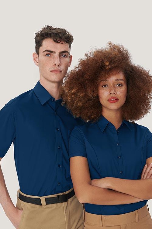 Hotelbekleidung Rezeption blaue Hemden und Blusen, khakifarbene Chino-Hose