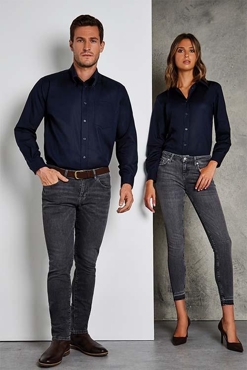 Berufsbekleidung Service dunkelblaue Hemden und Blusen, dunkelgraue Jeans