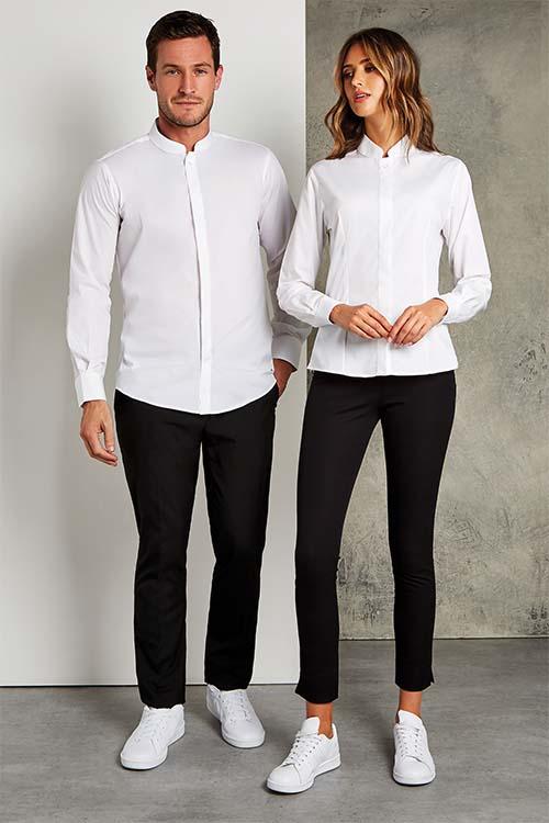Hotelbekleidung Rezeption weiße Stehkragen Hemden und Blusen, schwarze Hosen, weiße Sneaker