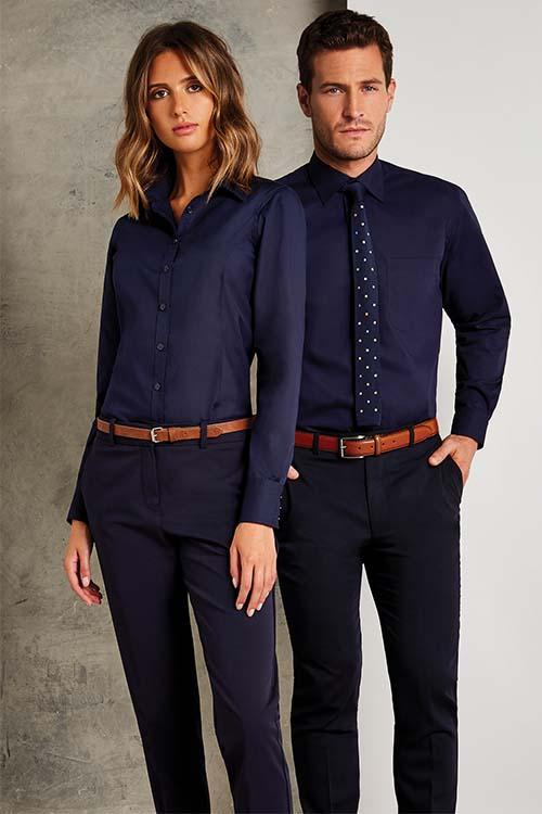 Hotelbekleidung Rezeption blaue Hemden und Blusen, schwarze Chino-Hosen, braune Gürtel