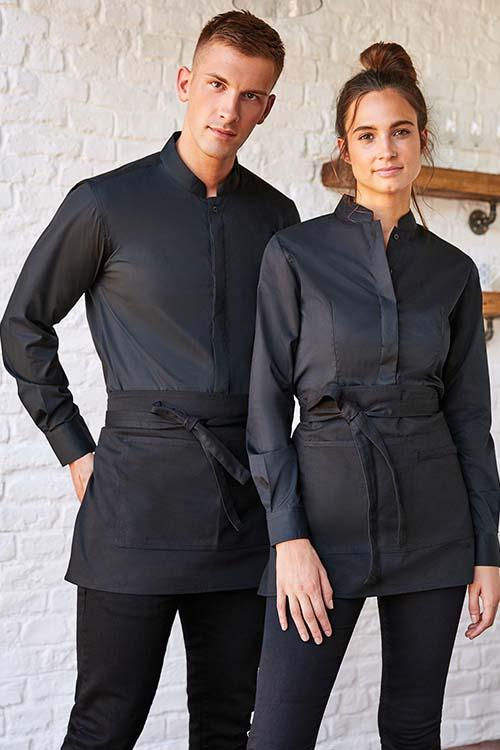 Berufsbekleidung Gastronomie schwarze Bluse und schwarzes Hemd, schwarze Hosen, schwarze Vorbinder