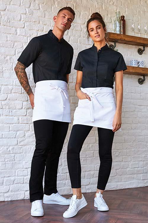 Berufsbekleidung Kantine schwarze Stehkragen Hemden und Blusen, schwarze Hosen, weiße Vorbinder, weiße Sneaker