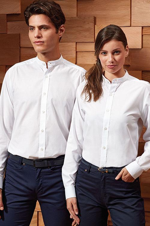 Berufsbekleidung Gastronomie weiße Stehkragen Hemden und Blusen, blaue Chino-Hosen