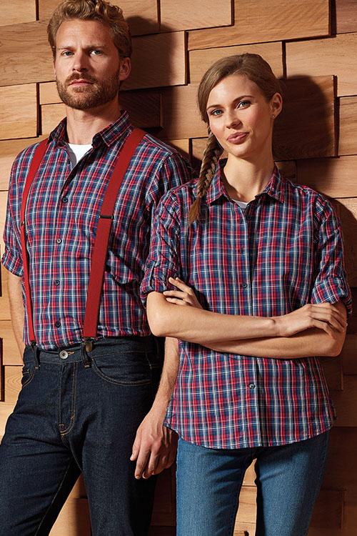 Berufsbekleidung Gastronomie blau-rot-karierte Hemden und Blusen, Jeans, rote Hosenträger