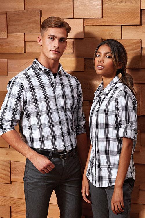 Berufsbekleidung Gastronomie weiß-schwarz-karierte Hemden und Blusen, schwarze Chino Hosen