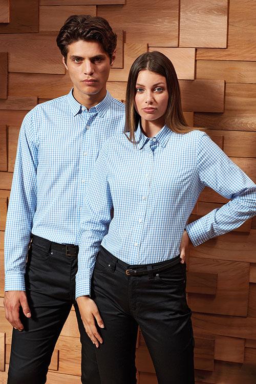 Berufsbekleidung Service hellblau-karierte Hemden und Blusen, schwarze Chino-Hosen