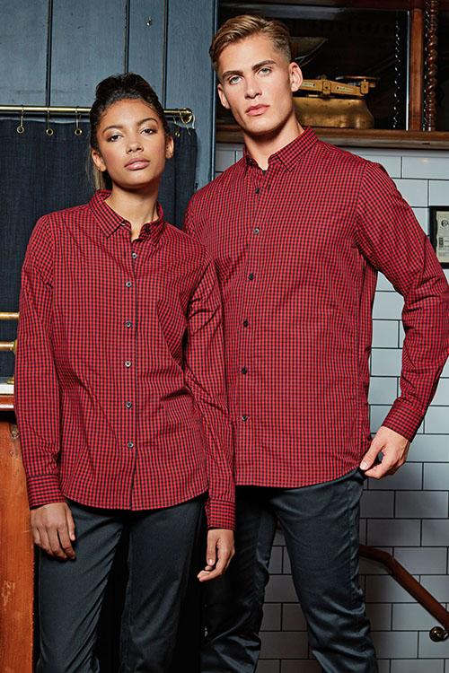 Hemden und Blusen besticken lassen schwarz-rot-karierte Hemden und Blusen