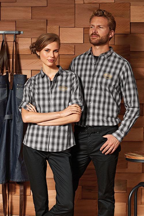 Hotelbekleidung Rezeption schwarz-grau-karierte Hemden und Blusen, schwarze Chino Hosen