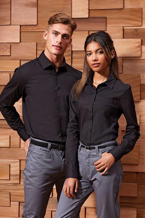 Hotelbekleidung Rezeption schwarze Hemden und Blusen, graue Chino-Hosen