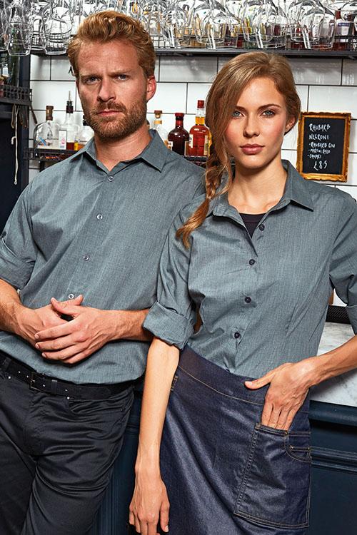 Berufsbekleidung Gastronomie graue Hemden und Blusen mit Krempelärmel, schwarze Chino-Hosen, Denim-Vorbinder