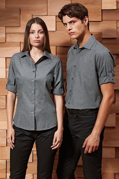 Hotelbekleidung Rezeption graue Hemden und Blusen mit Krempelärmeln, schwarze Chino-Hosen