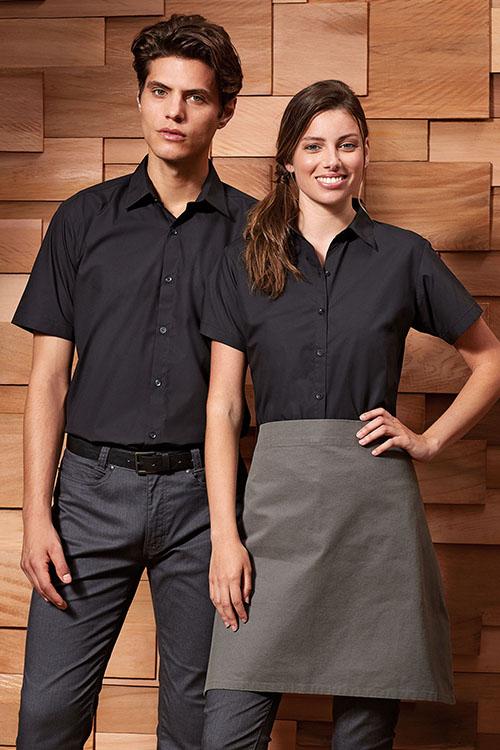 Berufsbekleidung Service schwarze Hemden und Blusen, graue Chino-Hosen, graue Bistroschürze