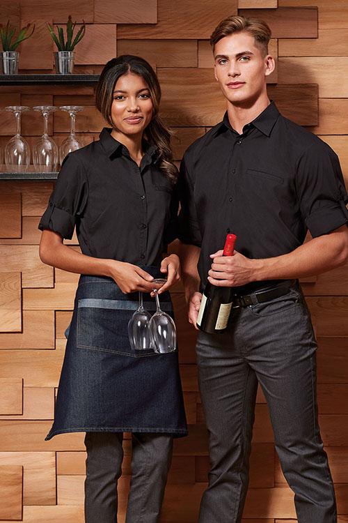 Berufsbekleidung Gastronomie schwarze Hemden und Blusen mit Krempelärmel, graue Chino-Hosen, Denim-Vorbinder