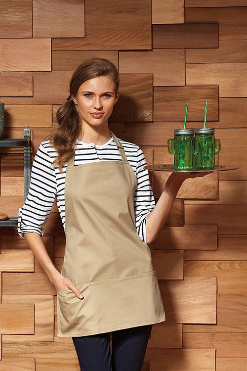Berufsbekleidung Service Ringelshirt mit Krempelärmel, schwarze Hose, khakifarbene kurze Latzschürze