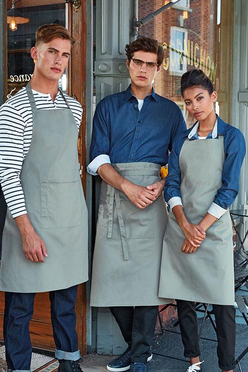 Berufsbekleidung Gastronomie Jeanshemden, gestreiftes Shirt, graue Schürzen, Jeans, schwarze Hosen