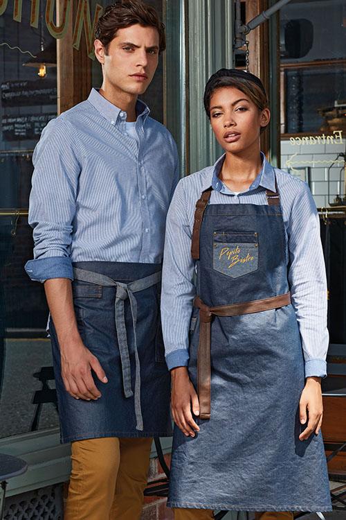 Berufsbekleidung Gastronomie gewachste Denim Schürzen, hellblaue Kontrast Hemden, camelfarbene Chino-Hosen