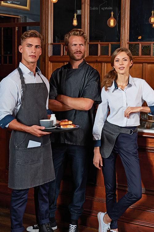 Berufsbekleidung Gastronomie weiße Kontrasthemden, dunkelblaue Chino-Hosen, Black-Denim Schürzen und Vorbinder, Black Denim Kochjacke