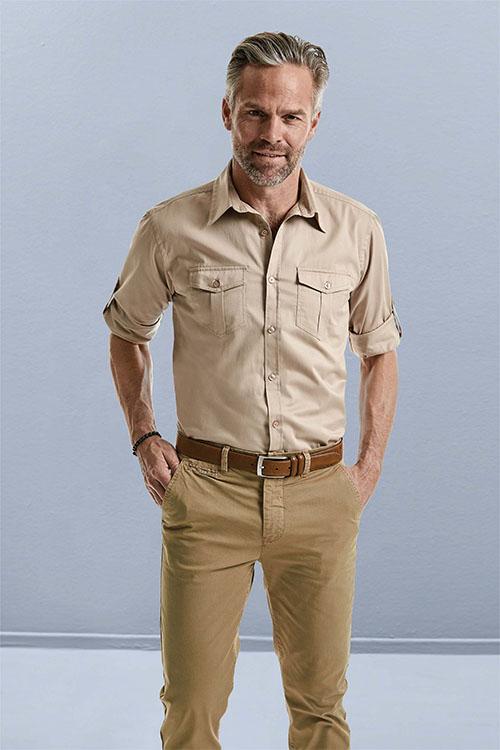 Berufsbekleidung Gastronomie beigefarbenes Casual-Hemd mit Krempelärmel, khakifarbene Chino-Hose, brauner Gürtel