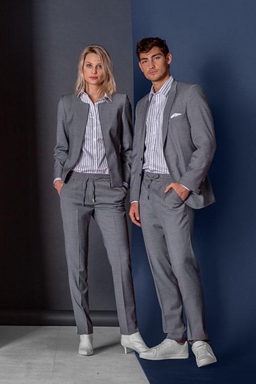 Hotelbekleidung Rezeption Athleasure Wear mit Jogpants und Jackets, hellgrau-weiß-gestreiften Hemden und Blusen