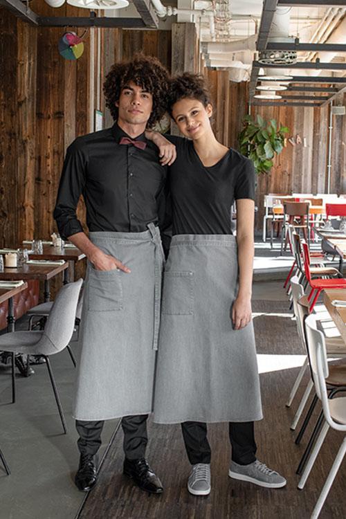 Berufsbekleidung Gastronomie schwarze Hemden und Shirts, hellgraue Jeans-Vorbinder, schwarze Hosen