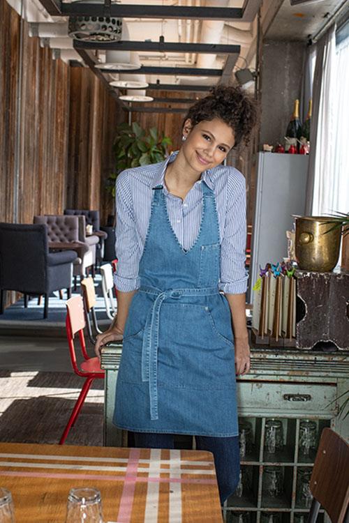 Berufsbekleidung Service Jeans-Schürze, gestreifte Bluse, Jeans